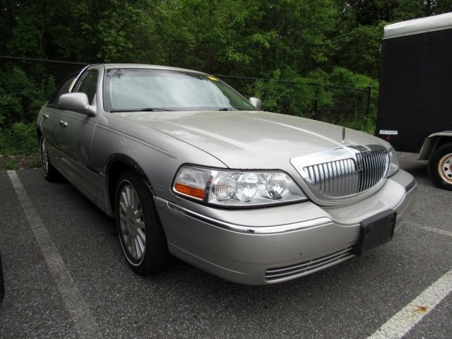Pre-Owned 2004 Lincoln Town Car Signature